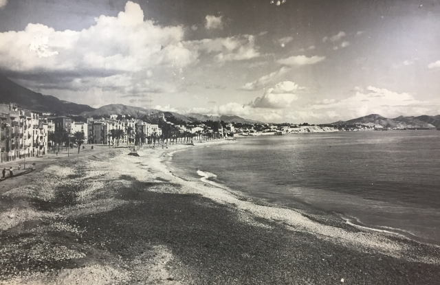 An old black & white picture of the main beach in Villajoyosa from the old town