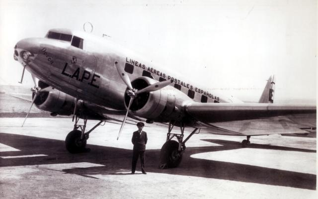 Douglas DC-2 Flickr via Creative Commons by Iberia Airlines https://www.flickr.com/photos/50189779@N03/5810921685
